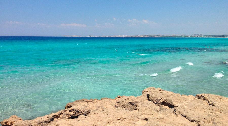 I colori del mare della spiaggia degli innamorati a Gallipoli