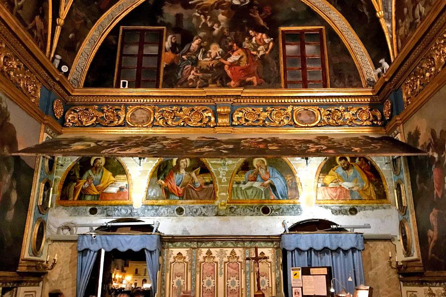 Il sollevamento della tela che nasconde gli affreschi dei 4 evangelisti