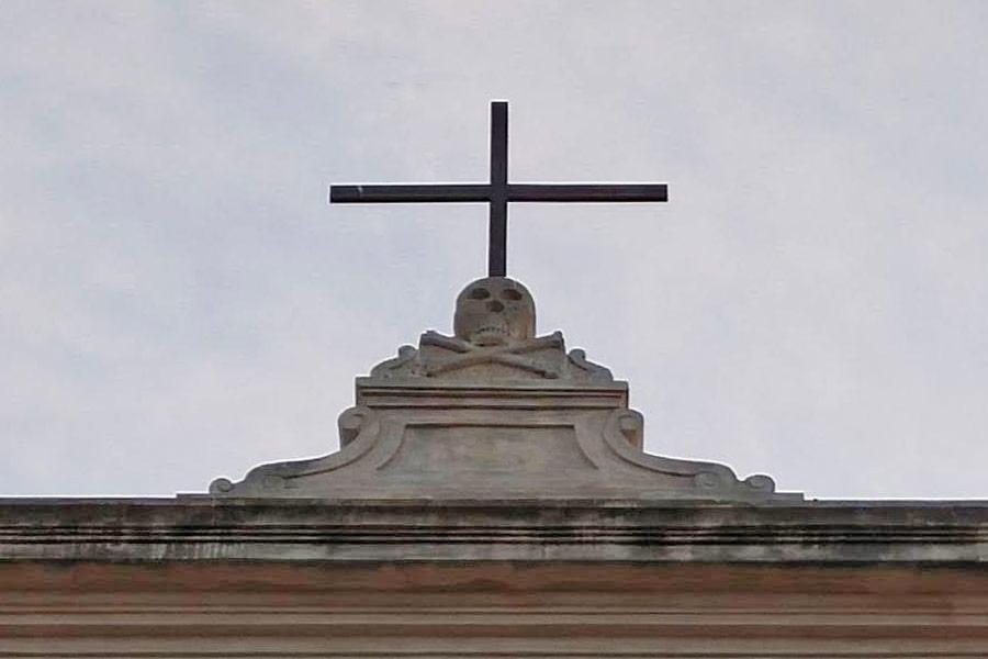 Teschio sulla facciata della chiesa